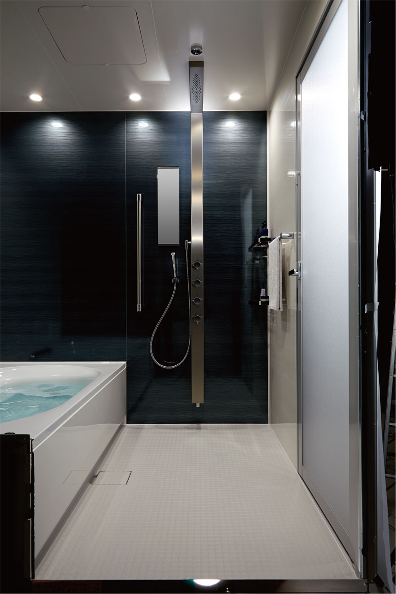 全身を包み込んでくれるようなボリューム感のあるお湯の広がりを実現。<br /> 贅沢なシャワータイムが楽しめます。<br /> <br /> まるで一流ホテルのバスルームで過ごすような充実感。<br /> 全身を包み込むような「オーバーヘッドシャワー」と、心地よい刺激感が味わえる「打たせ湯」を備えたアクアタワーで実現する、かつてないリラックスタイム。<br /> 見る角度によって豊かな表情を見せる壁パネル(HG)とともにソレオは、かつてない癒しの空間を創造します。