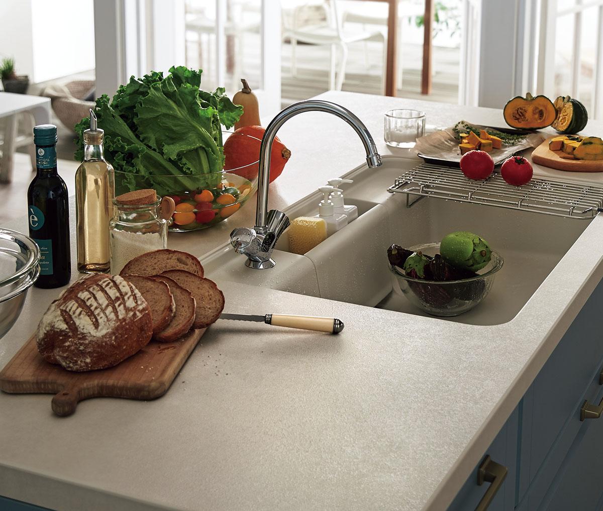 焼きものならではの味わい深い表情をキッチンにもたらす、セラミックのワークトップ。