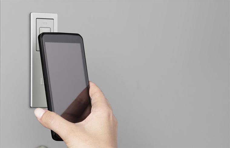 おサイフケータイ対応スマートフォンも近づけるだけで解錠できる